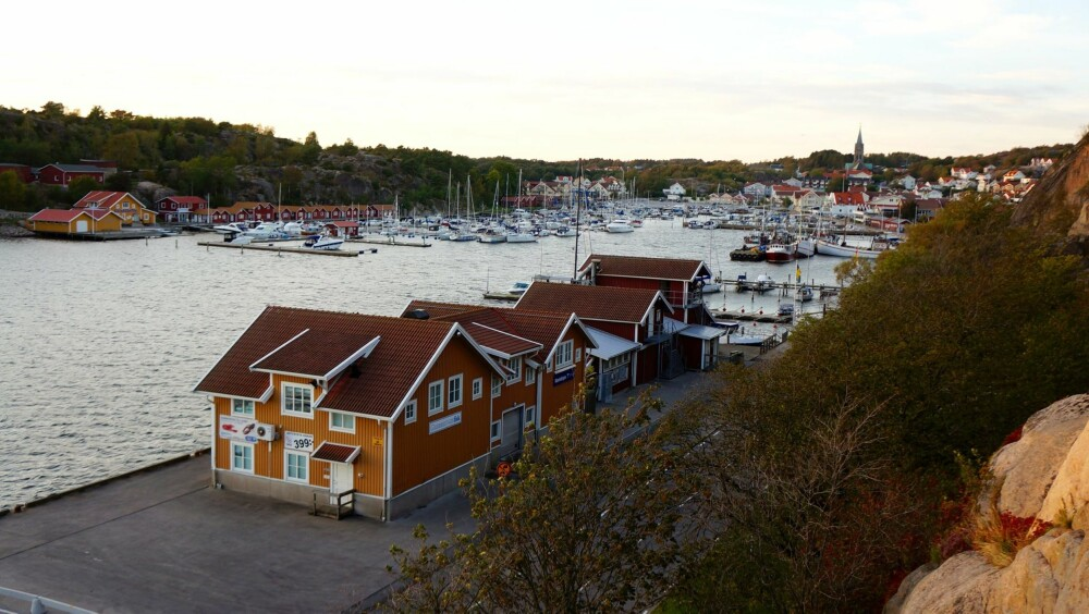 FAVORITT: Grebbestad i Tanum er en liten perle, med en brygge som i høysesongen syder av liv.