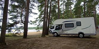 TA MED BADEBUKSE: Bomstadbaden camping nær Karlstad byr bobilfolk på nær vannet-opplevelser. FOTO: Geir Svardal