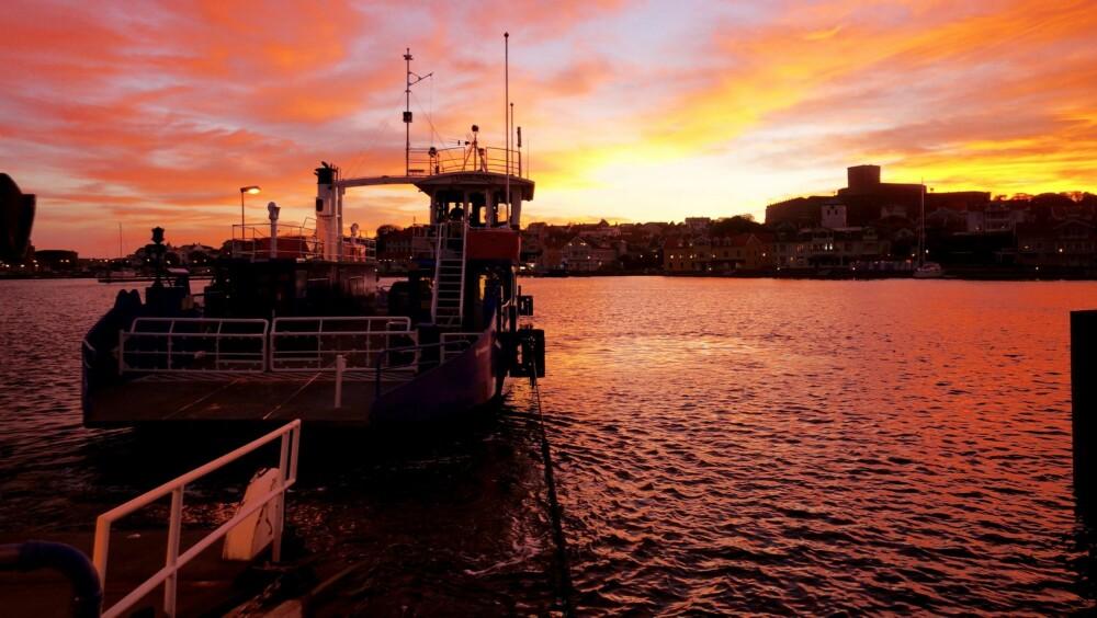 IDYLL: Marstrand i solnedgang, sett fra fergekaia på Koön.