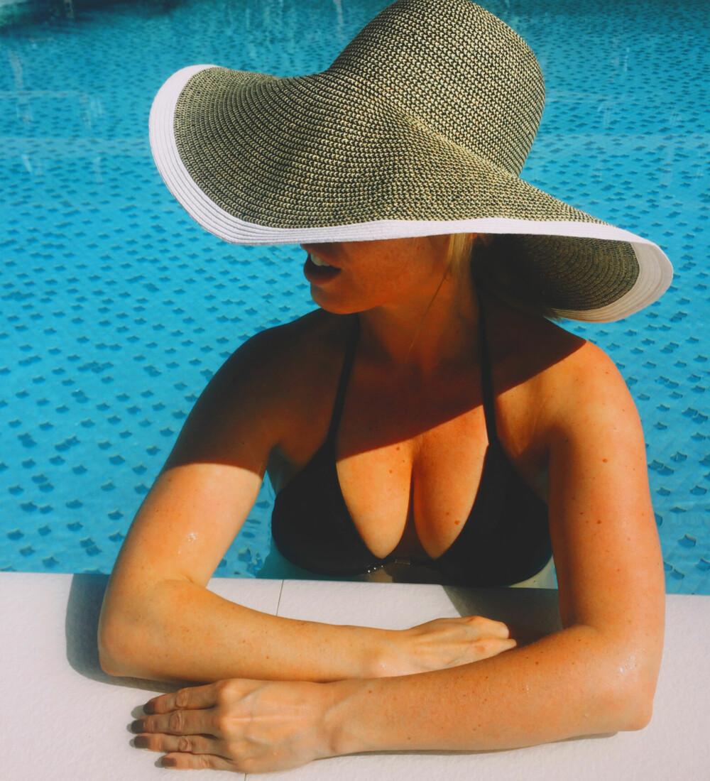SYDENFERIE: Ved siden av solfaktor, er stråhatt et must når du skal til varmere strøk.