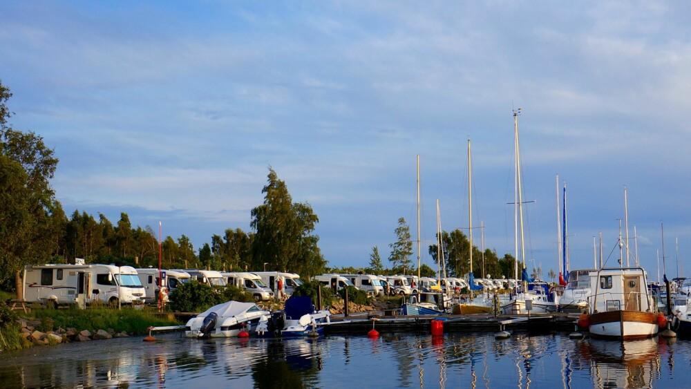 BOBILER OG BÅTER: Lundåkrahamnen i Landskrona har flott parkering for bobiler.