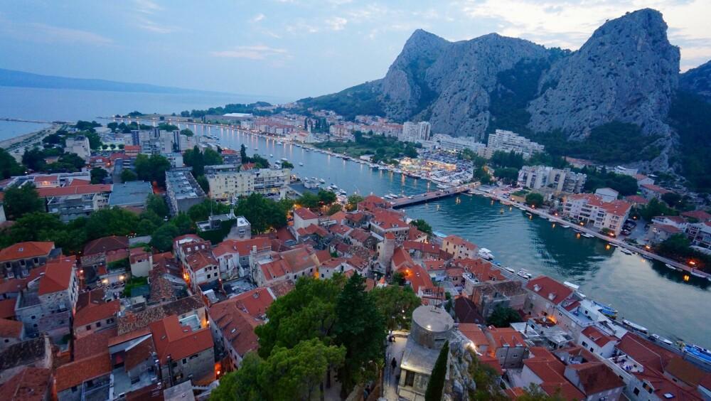 IDYLL: Omis er en nydelig liten by, med smale gater og utallige uterestauranter og -kafeer.