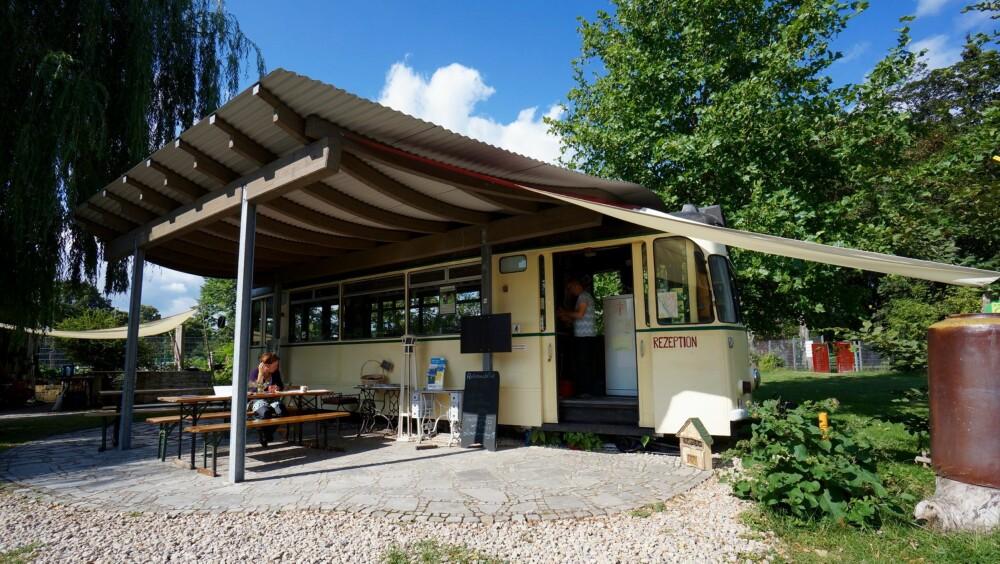 LØS BILLETT HER: Campingplassen Jena bruker en gammel trikk som resepsjon.