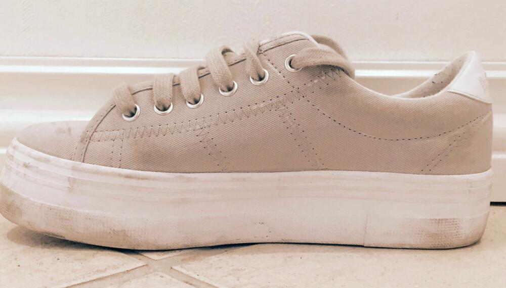 FØR: Sneakersene var ikke altfor skitne, men tilgriset nok til at de måtte få seg en rengjøringsrunde.