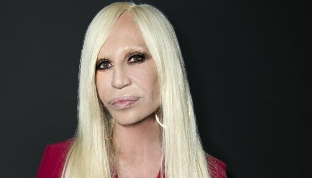 HELT FEIL: Donatella Versace har passert 50 år, og bør derfor droppe dette.