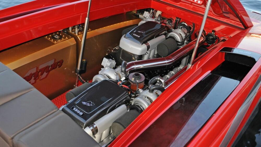 MOTOR: 447 HAR to diagonalt stilte 9.0-liters Mercury Racing-motorer som hver produserer 1350 hk.