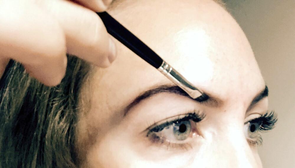 SKIKKELIG UTSTYR: Først og fremst behøver du et øyenbrynspudder med en naturlig farge som passer deg, og en god kost egnet til bryn.