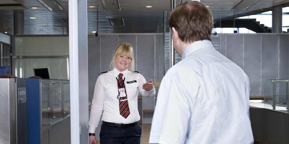 TILFELDIG ETTERKONTROLL: Det gjennomføres manuell stikkprøvekontroll av passasjerer og håndbagasje, selv om disse ikke har gitt utslag i metalldetektorportal eller røntgenmaskin. FOTO: Oslo Lufthavn