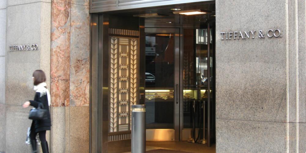 IKONISK: Selv om mange av tingene de selger her er langt utenfor budsjettet ditt, bør alle ta turen innom ikoniske Tiffany & Co. på 5th Avenue.