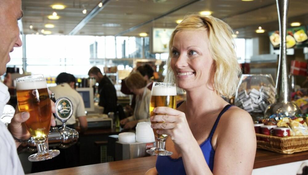 DROPP ALKOHOLEN: Det føles kanskje bra der og da, men å døyve flyskrekken med alkohol er i følge ekspertene absolutt ikke anbefalt.