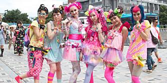 HARAJUKU: Det er absolutt verdt å få med seg disse svært fargerike ungdommene. Harajuku-trenden har de siste årene for mange blitt synonymt med Japan og japansk mote.