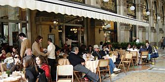 VERDENS BESTE KAFFE? Milaneserne påstår i alle fall at de har det. Sett deg på en av uteserveringene som omgir torget utenfor Duomo-katedralen og nyt både kaffen og utsikten.