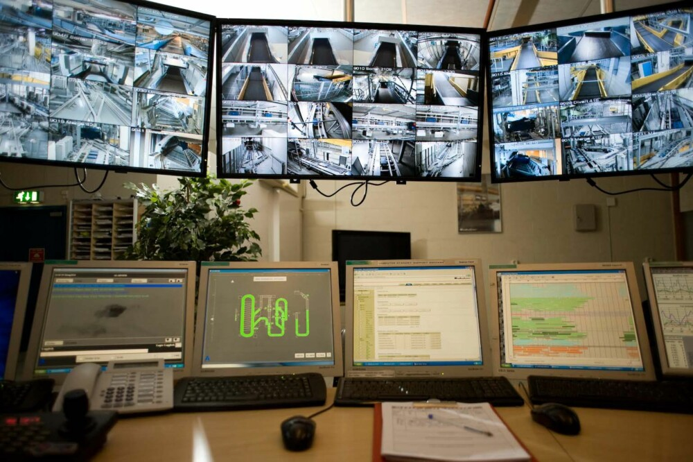 KONTROLL: De mange skjermene i hoved-kontrollrommet. FOTO: Avinor