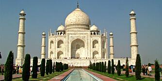 I FARE: Forurensning, folkemasser og dårlig vedlikehold har ført til av utsiden av det berømte Taj Mahal palasset i India er i fare for å ødelegges.