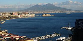 I SKUDDLINJEN: Byen Napoli i Italia ligger ved føttene til verdens farligste vulkan. Kommer kjempeutbruddet, er det nok ikke så mye igjen av byen.