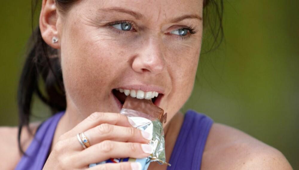 EN KRONE HER...: ...Og en kalori der. Noen sjokolader i uken skader både kropp og lommebok på sikt.