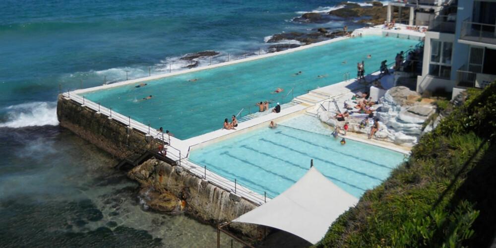 SJØBASSENG: Ved Bondi stranden kan du også velge å bade i dette bassenget som er fylt opp med sjøvann. Kankje greit for deg som lider av hai-skrekk.