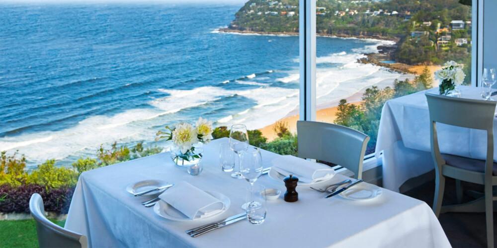 RETT PÅ STRANDEN: På Jonahs spiser du middagen din med denne utsikten i bakgrunnen.