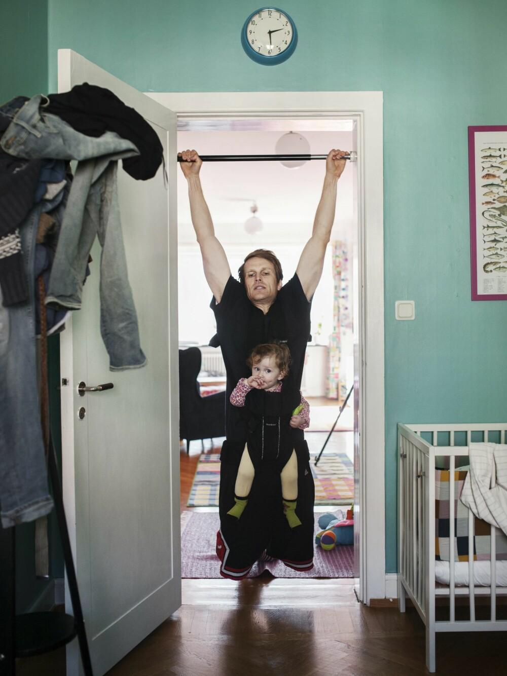 PETER HERKEL(33): Hjemme med Mira (12 måneder) i ti måneder.