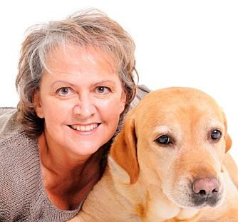 FAMILIETERAPEUT: Britt Elli ved Elliconsult, her med hunden sin Carmel.