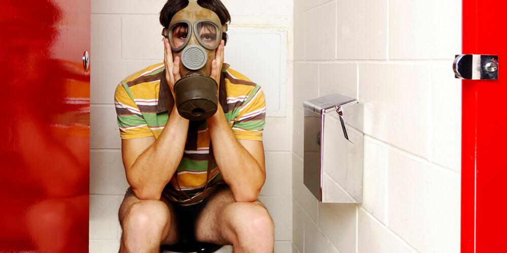 GÅ TIL LEGEN: Lukter det så ille når du har avføring at du kjenner behov for gassmaske, bør du kanskje ta en tur til legen.