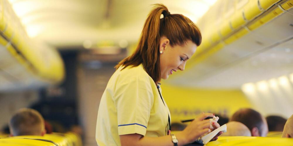 REGLER OM BORD PÅ FLYET: Passasjeren kan bli satt av flyet, bli nektet videre befordring fra enhver flyplass, og kan bli anmeldt for straffbare forhold begått om bord, i følge Norwegian og Ryanair. FOTO: Ryanair