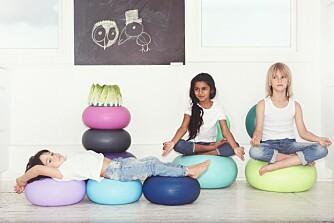 UTVIKLENDE: Møblene er basert på enkle, geometriske former i sterke farger, og kan brukes på en rekke forskjellige måter, slik at barna kan leke seg til motoriske utfordringer ved å klatre, rulle, balansere, hoppe eller gynge. FOTO: bObles