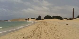 ALENE: Mange reiser til Kapp Verde for å vindsurfe, men det er absolutt muligheter for å legge seg på stranden med en bok også.