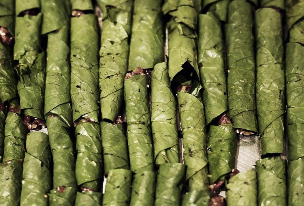 TYPISK VIETNAMESISK RETT: Uyen liker å lage flere av rettene på forhånd, og disse rullene passer perfekt til det. - Dette er en typisk vietnamesisk rett, med biff sirloin, peanøtter og sitrongress rullet i betelblader.