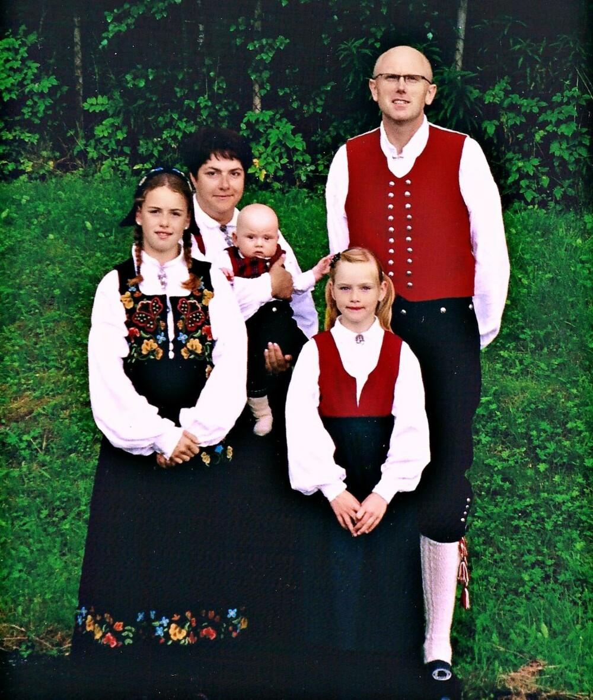 SISTE BILDE: Dette bildet ble tatt på et slektsstevne i august 2004, en måned før Ragnhilds ektemann omkom. Theodor er et halvt år, Line t.v. 11 år og Frida 8 år