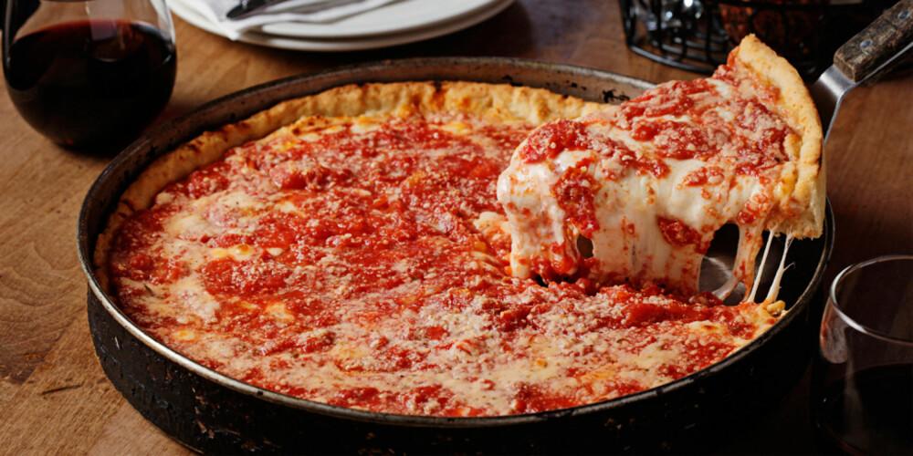 DEEP PAN: Du kan ikke reise til Chicago uten å prøve byens berømte deep pan pizza.