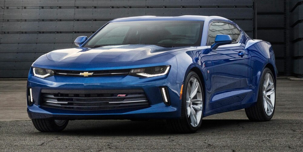 LITEN MOTOR: Nye Chevrolet Camaro (2016-modell) kan fås med toliters turbomotor. FOTO: GM