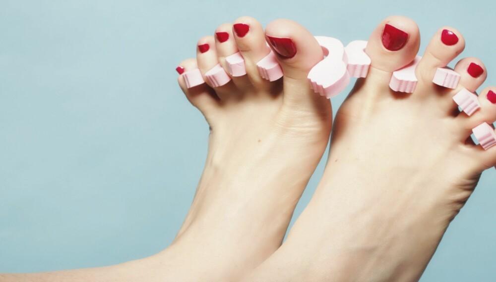 NEGLELAKK TIL TÆRNE: Sommerens neglelakkfarger er ikke nok hvis du vil ha fine føtter denne ferien.