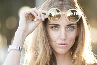 RETRO-LOOK: Runde briller spås til å bli enda sterkere i år enn årene før. Her sett på moteblogger og modell Chiara Ferragni.
