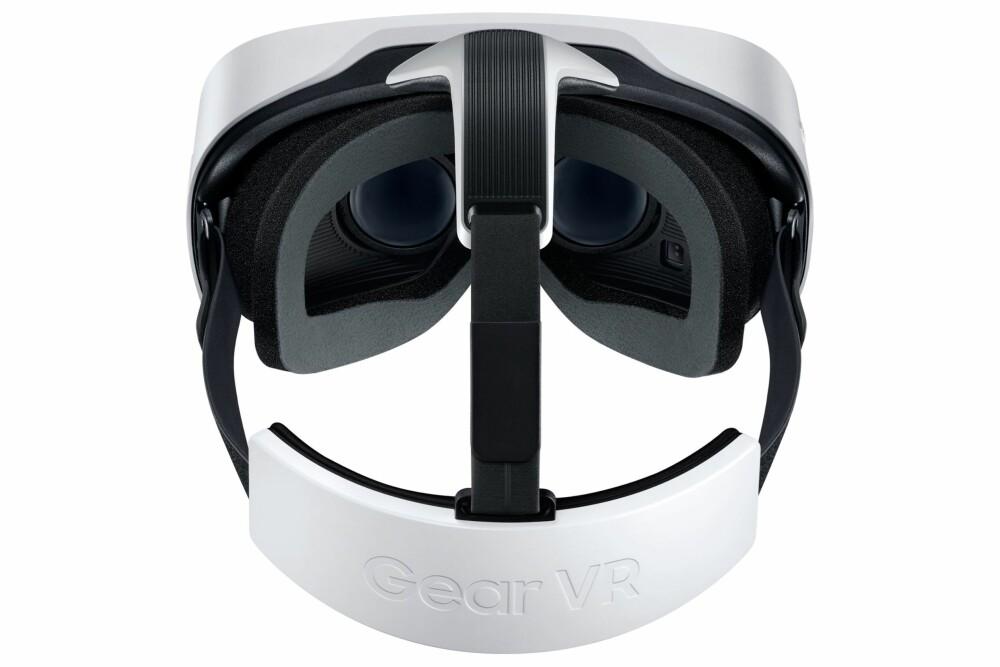 SITTER GODT: Når man først har fått festet Gear VR på hodet, sitter det ganske bra, men vi opplevde at borrelåsene ofte løsnet i det vi skulle dra hodesettet på hodet.