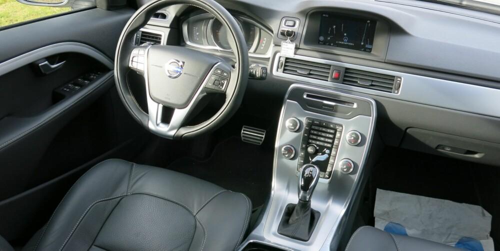 KNAPPETE: Sammenlignet med for eksempel Volvo XC90 virker dette førermiljøet gammeldags. Med Sensus Connected Touch forvandles den sju tommer store skjermen til en berøringsskjerm. FOTO: Martin Jansen
