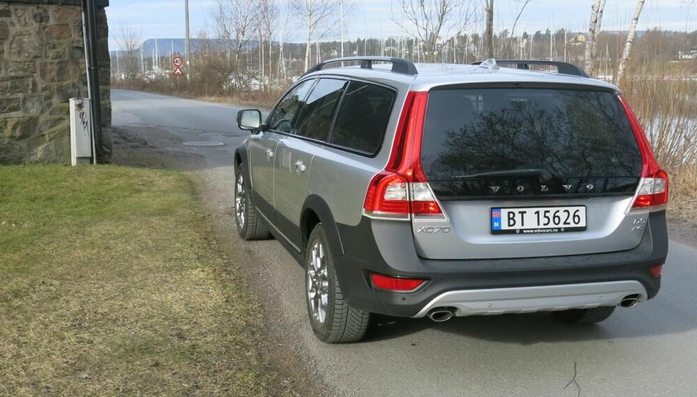 STAUT: Volvo var tidlig ute med å lansere en stasjonsvogn med høy bakkeklaring, beskyttelseslister og 4x4. En faceliftet XC70 viser at Volvo fortsatt har grep i segmentet. FOTO: Martin Jansen