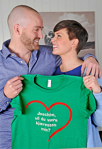 OPPLAGT: Selvfølgelig vil jeg bli kjæresten din, svarte Joacim da han fikk se T-skjorten med spørsmålet fra Linn Kristine.