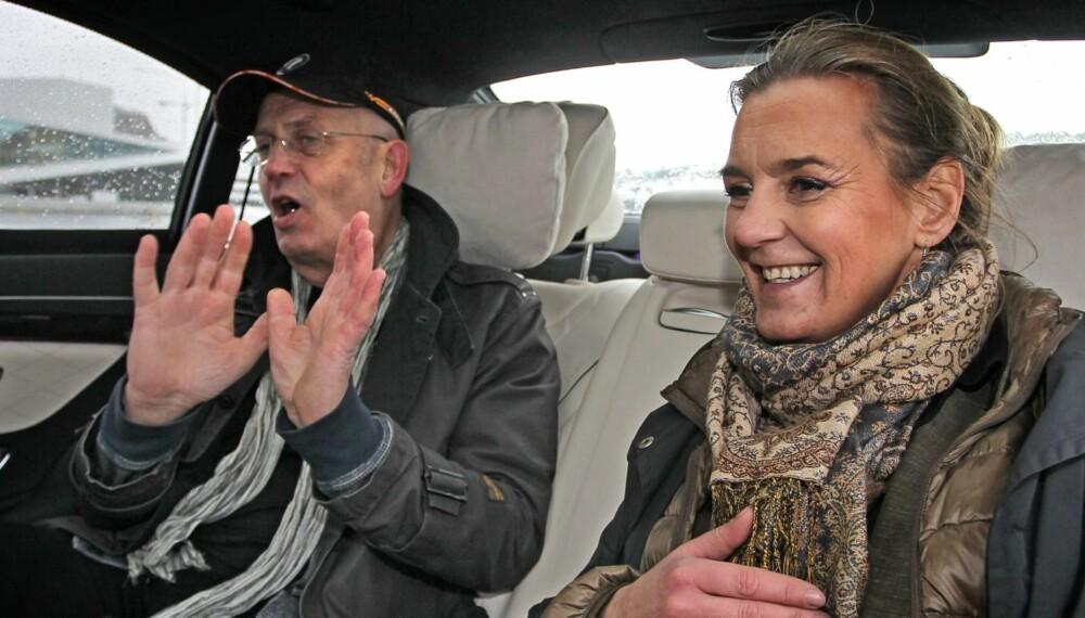 OST OG JULETRE: Luksusbil fra Mercedes mot luksusbil fra Audi. Industridesigner og førsteamanuensis ved Arkitektur- og designhøgskolen i Oslo mot industridesigner og førsteamanuensis ved Arkitektur- og designhøgskolen i Oslo.