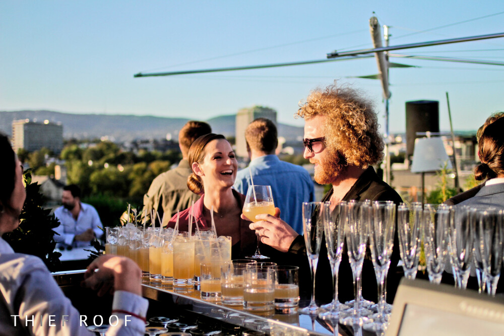 TJUVHOLMEN: På toppen av Oslos kuleste hotell kan du nyte god mat og drikke.