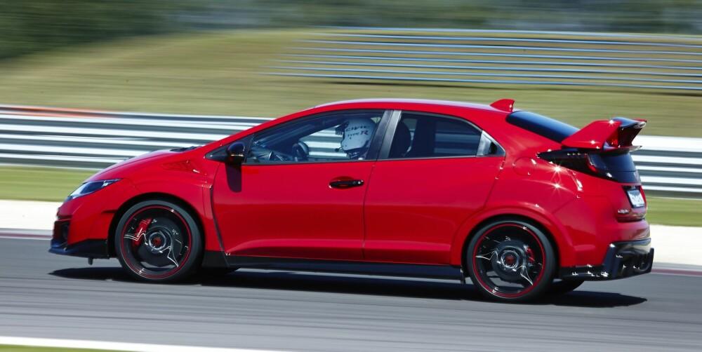 RETTE ELEMENT: Honda Civic Type R er lagd for banekjøring. Det er bare på bane den kan vise fram alt den kan. På landevei er den rett og slett for rå. FOTO: Produsent