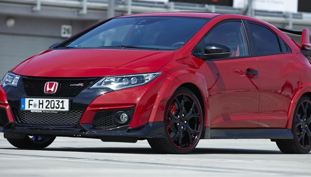RAMP: Honda Civic Type R ser rampete ut, og er det. Skal du holde tritt i en lyskrysspurt, trenger du en bil med alvorlig stor motor. FOTO: Produsent