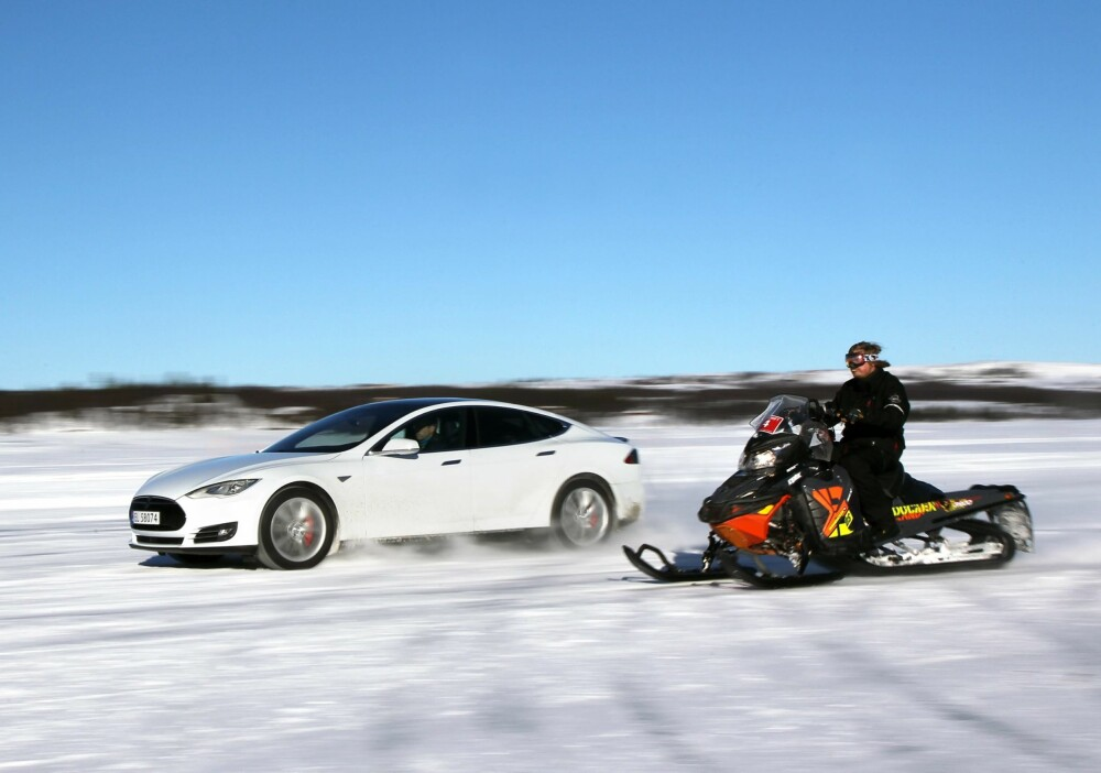 TESLA vs SNOWMOBILE: One a iced lake. PHOTO: Petter Handeland