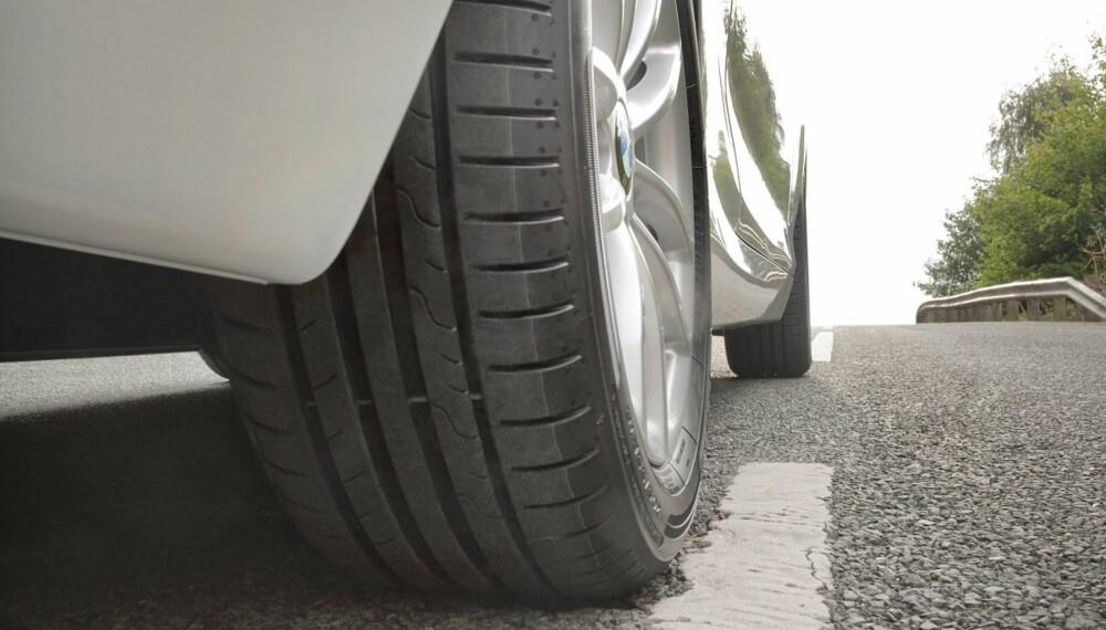"""GOD GUMMI: Dekk er mer enn svart gummi rundt en felg. Det er et kompromiss av egenskaper: Et dekk med godt grep, kan rulle dårlig. Et dekk som ruller ekstra lett, kan slite med festet på våt asfalt. På bildet ser du Dunlop Sport Bluresponse, som er et av dekkene som får karakteren """"godt"""" i ADACs test. FOTO: Dunlop"""