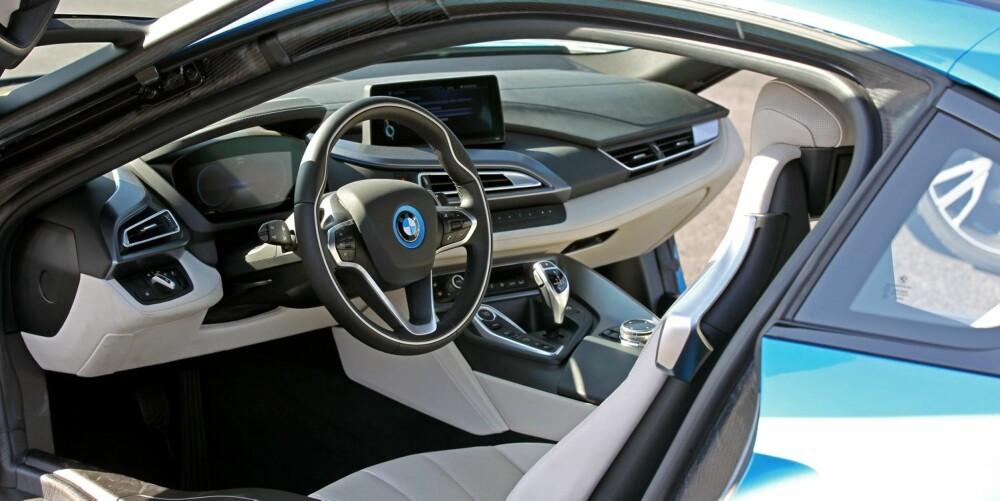 OPTIMALT: Interiøret er typisk BMW veldig forseggjort og av god kvalitet. Sittestilling og ergonomi like så, om du kommer deg inn vel å merke. Den brede, høye kanalterskelen og den slanke døråpningen gjør at du må åle deg inn.