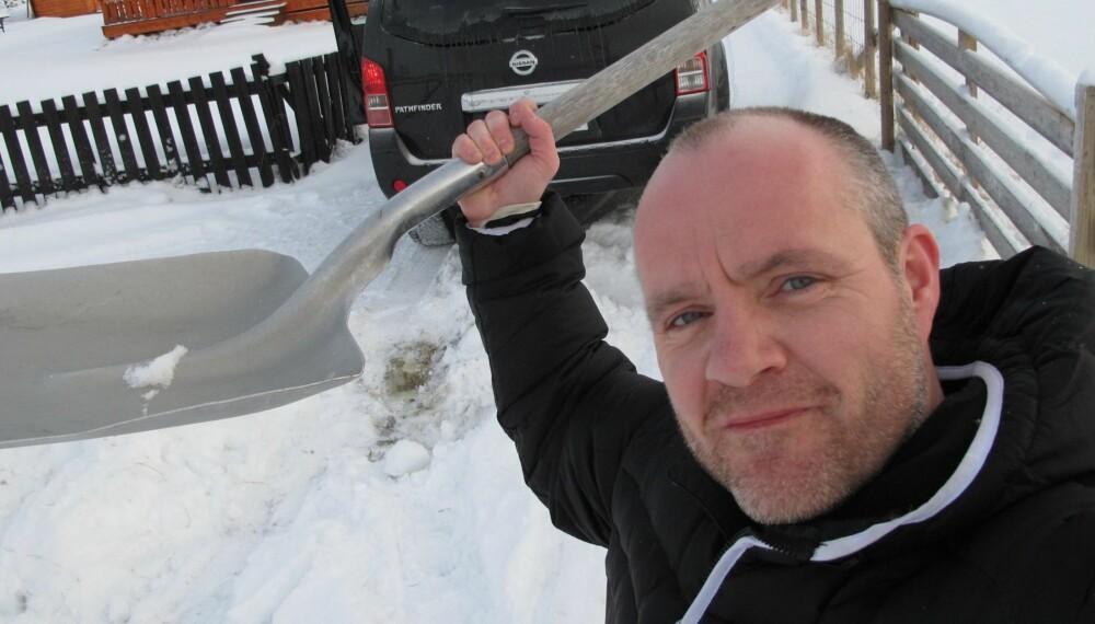 4WD: Jeg ønsker meg firehjulsdrift, men trenger det egentlig ikke, skriver Martin Jansen, redaksjonssjef i Vi Menn Bil Top Gear. På bildet har han tatt spaden til hjelp for å få løs en SUV med firehjulsdrift.