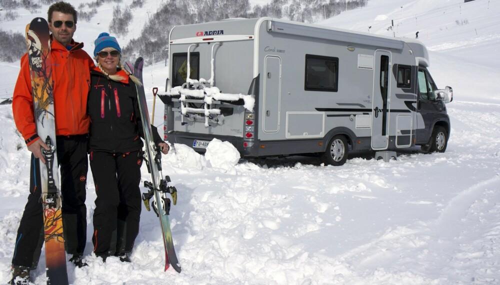 SKI IN - SKI OUT: For samboerne Eirin Heiland (49) og Jan Erik Bye (46) fra Sandefjord er bobil den perfekte løsningen når suget etter puddersnø melder seg. FOTO: Geir Svardal