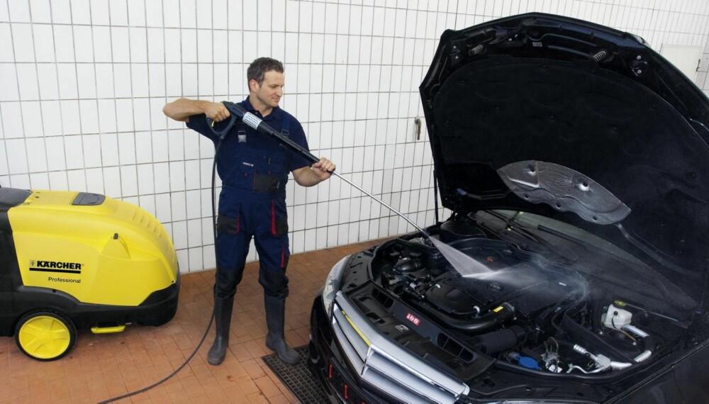 GREIT: Meningene om hvor vidt du bør bruke høytrykkspyler i motorrommet eller ikke er delte. NAF-ekspert mener du fint kan bruke høytrykk, så lenge du husker å dekke til enkelte deler. FOTO: Terje Haugen