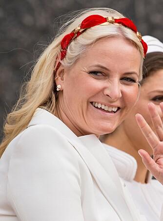 MOTE: Kronprinsesse Mette-Marit har fulgt moten med falsk piercing i ørekanten. FOTO: Getty Images