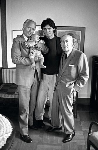 FIRE GENERASJONER: Her er Thorvald, med barnebarnet Aksel på armen, sønnen Jens og faren Emil  i 1989.